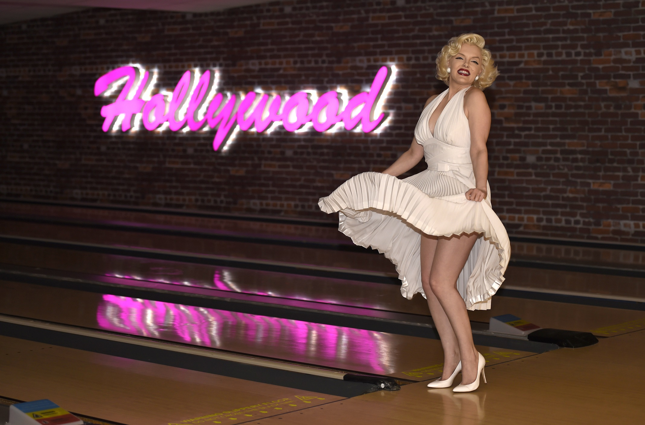 marilyn_monroe_officially_opens_the_lanes_at_hollywood_bowl_basingstoke1.jpg